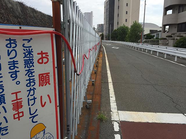 左側通行と工事看板