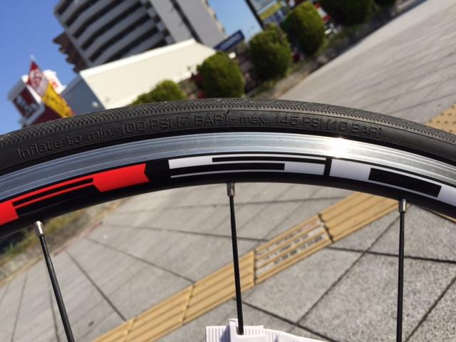 自転車のタイヤ側面に書かれている適正空気圧