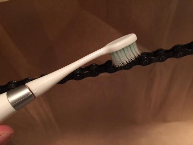 古い歯ブラシでチェーンをこする