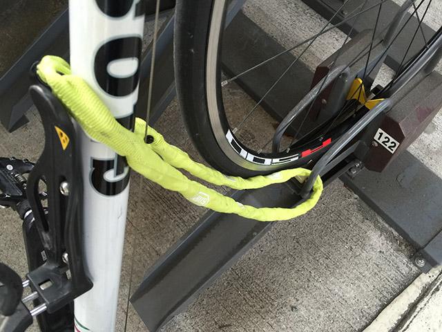 前輪の金具とフレームを繋ぐ