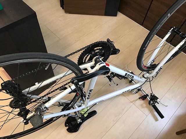 自転車を逆さまに置く
